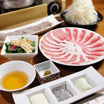人気の黒豚しゃぶしゃぶは、蕎麦つゆとたっぷりねぎであっさりいただくのが「羅豚(ラブ)ギンザ・グラッセ」流。契約農場から仕入れる「極上黒豚」は、旨みとやわらかな肉質が特徴です。ほかにも、生姜焼き、角煮、かつなどの御膳やせいろ蒸しなどバリエーションが豊富。  ランチを注文するとビュッフェが付いてきますが、一人前ずつ運ばれてくるスタイルで提供。芋の煮っころがしやちくわ天など、お肉と和のおかずがバランスよくいただけます。