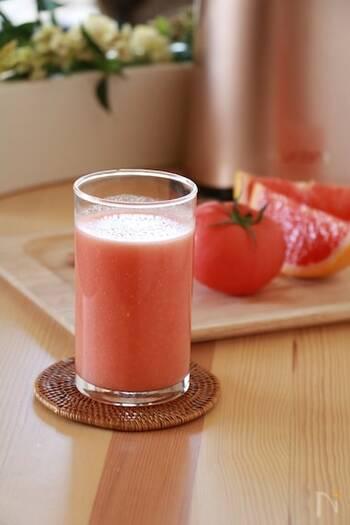 <材料> グレープフルーツ・・・ルビー1個 トマト・・・中1個 アーモンド・・・(ロースト済・無塩10粒) はちみつ・・・お好みで  ルビーのグレープフルーツとトマトを使った鮮やかなジュースです。アーモンドとハチミツも入っていてコクのある味わい。グレープフルーツのビタミンCとトマトのリコピン、アーモンドのビタミンEなど美肌に良い栄養がたっぷりなので、紫外線対策にも期待できるでしょう。