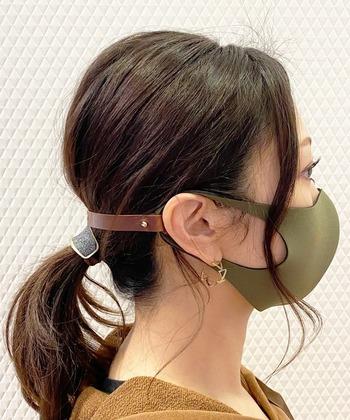 こちらはメイドインジャパンの本革のマスクストラップ。バック工房のハンドメイドアイテムです。長くして使えば首からかけられ、短くして使えばマスクの紐による耳の痛みを防いでくれます。シンプルでカラーも豊富なので、服装に合わせてコーディネートしても楽しそうです。
