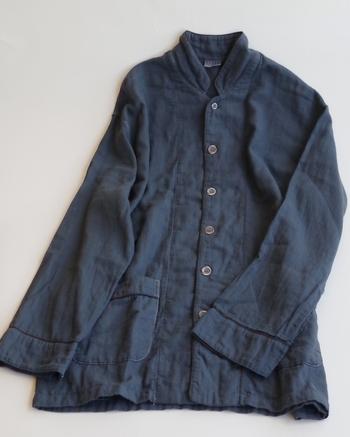 こちらのパジャマは、植物などの天然の染料による「草木染め」で染めた綿紗(ガーゼ)を、日本の伝統的な製法「和晒」で仕上げたもの。素材から仕上げまで時間をかけて丁寧に作るからこそ、肌には優しく、夏には汗を吸い取ってサラサラを保ち、冬にはお布団にくるまれたような温かさを感じさせてくれます。特徴的なのはその肌ざわり。着心地も寝心地も抜群で、手放せなくなりますよ。