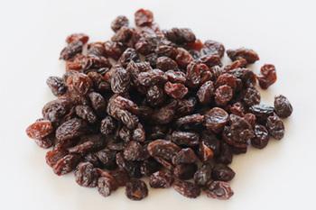 ぶどうを乾燥させたレーズンは、馴染みのあるドライフルーツですよね。高血圧やむくみを解消するカリウムや、貧血に効く鉄分、食物繊維などの栄養が詰まっています。パンやお菓子、ヨーグルトやグラノーラなど様々な食材と相性抜群♪