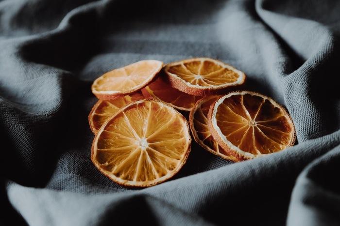 爽やかな味わいのオレンジは、フランスの人気菓子「オランジェット」に使われます。細かく刻んだものはパンやケーキに混ぜ込むと◎輪切りのものはケーキのトッピングや、紅茶に入れるのがおすすめ。