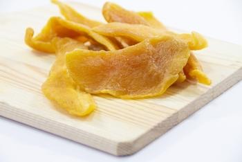 大きくて食べ応えのあるドライマンゴーは、おやつとしてそのまま食べるのもおすすめです。アレンジレシピとして、ヨーグルトに入れて一晩置くのも人気。マンゴーには貧血やむくみ、老化防止に効く成分が含まれています。