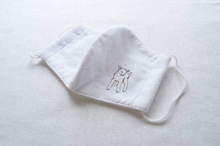 子ヤギの刺繍をあしらったマスクもかわいいです♪毛並みは白い糸で。モコモコ感を出すために、いろんな方向から刺してみるのもいいですね。