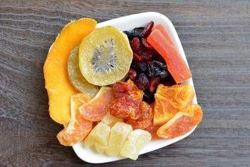 甘いドライフルーツはカロリーが高いんじゃない?と思うかもしれませんね。ドライフルーツは水分が抜ける分、生のフルーツよりはカロリーが高くなります。フルーツによって異なりますが、大体100gあたり300kcal前後。栄養もたっぷりなので、食べ過ぎに注意しつつ積極的に摂りたいですね。