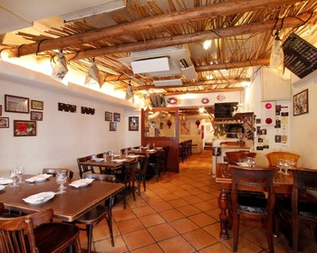 """店名はイタリア語で""""バカンス""""の意味。地中海風の店内は店名の通り開放感があり、肩肘張らずに楽しくお料理を楽しめます♪"""