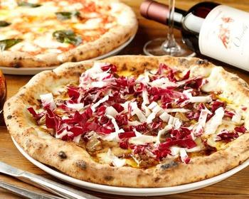 自慢の窯焼きピッツァはもっちりとした食感。オススメの「ピッツァ・ヴァカンツァ」は、コクのあるフォアグラ、甘みと酸味のバランスが取れたバルサミコ酢、ほろ苦いトレヴィスの組み合わせが絶品です!