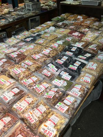 上野アメ横で60年営業している老舗店です。ドライフルーツの種類はなんと82種類!ナッツも71種類取り扱っています。定番から珍しいものまで揃っているので、どれにしようか迷ってしまいそう!