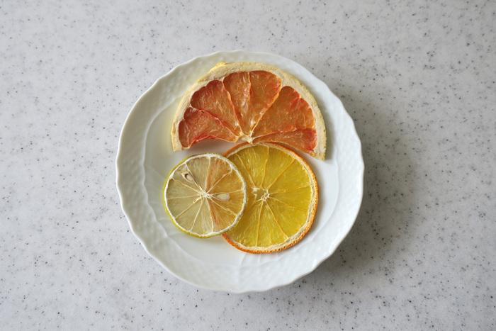 こちらはグレープフルーツ、オレンジ、レモンの柑橘3種。酸味と皮の苦味がしっかり残っています。見た目が美しいので、ケーキのトッピングにしたり紅茶に入れたりすると写真映えしそう♪