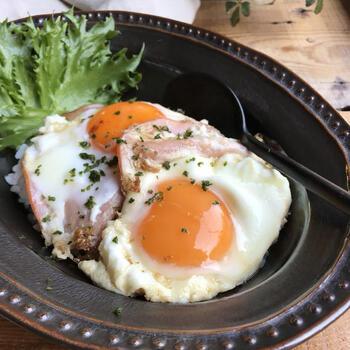 ハムエッグに照り焼きのたれをしっかりと絡めたハムエッグ丼。濃厚な味がしっかりとついているので、ごはんが進みます。  卵は半熟ぐらいに仕上げて、たれと絡めながらいただくと美味しく食べられますよ。