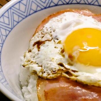 料理研究家の土井善晴さんがおすすめするのは、ハムと卵を別々に焼いてからごはんにのせるというハムエッグ丼です。  ハムも卵もしっかりとフライパンに接して、熱することができるので、ふちがカリッとした焼き上がりのハムと卵に仕上がります。こんがりとした食感がたまらないハムエッグ丼です。