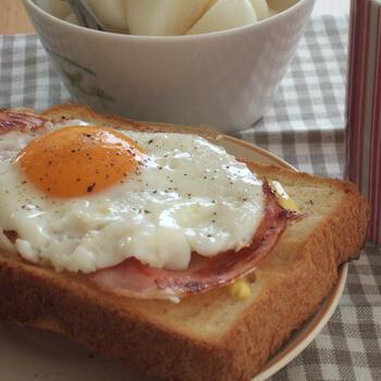 マヨネーズを塗ったパンを軽くトーストし、ハムと目玉焼きをのせるというスタイルのハムエッグトーストです。マヨネーズがパンとハムエッグをつなぐ調整役としていい働きをしています。