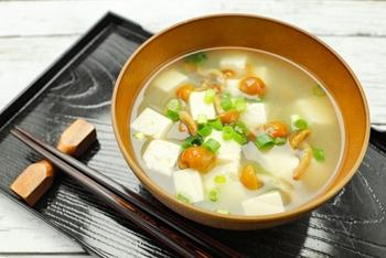 お味噌汁やお吸い物などの汁物に入れる場合は凍ったまま直接使えます。水気が必要ない料理に使う場合は、サッと水洗いをして解凍してから使います。
