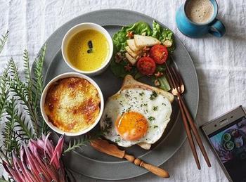 レンジで作るコツも*朝ごはんで美味しい「ハムエッグ」の作り方