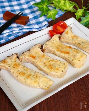 バターとニンニクの香りがたまらない!エリンギのガリマヨバター焼きです。混ぜた調味料を塗って焼くだけで簡単にできちゃいます。エリンギに切り目を入れるのがポイントです。口の中に広がる風味豊かな味わいを楽しんで♪
