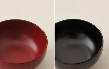 こちらは、福井県鯖江市の越前漆器の技術を駆使して作られた漆椀。現代の暮らしに合わせて開発した漆を使うことで、熱や水圧で漆器を傷つけてしまうことの多い食洗器に入れても、耐えられるようになりました。柔らかいフォルムと、手作業とは思えない均一の塗りが、毎日の食卓に華を添えてくれます。