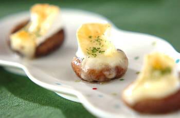 シイタケ好きにはたまらない♪シイタケにはちみつとカマンベールチーズをのせて焼くだけ。香り豊かな味わいが楽しめます。簡単おつまみにもおすすめ。ドライパセリで彩りもよりきれいに◎