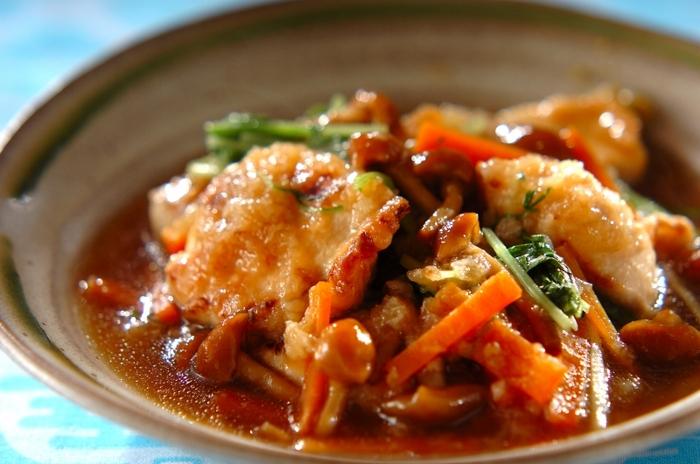 こちらもなめこの自然なとろみを生かしたあんがおいしいおろし煮。下味をしっかりつけて米粉で揚げた鶏むね肉に大根おろしと野菜のあんがよくからみ、ご飯もお酒もすすみます。