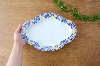 そんな木瓜皿を有田焼で作ったのがこちらのお皿。佐賀県有田町で17世紀ころから作られてきた有田焼は、なめらかな肌ざわり透明感のある白さ、多様な絵付けが魅力。華やかな花柄の縁取りや、あたたかみのある鮮やかな色合いも楽しむことができ、洋食にも和食にも幅広く利用できます。