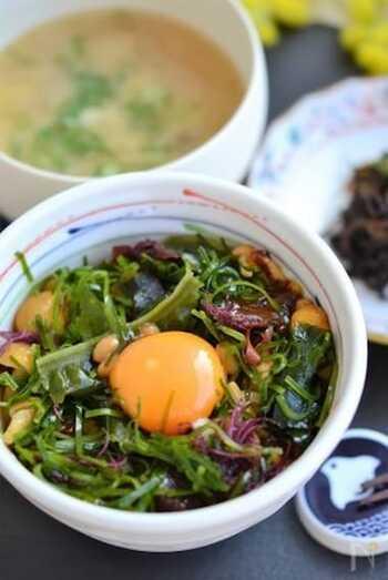 なめこと納豆のネバネバ食材に海鮮ミックス、卵黄で作る見た目もさわやかなネバネバ丼。つるりとのどごしが良く、風味も食感もバッチリなので、食欲のない日でもあっという間にいただけます。