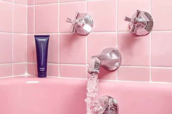 寒いとついつい熱いお風呂に入りたくなるものですが、冷え性に効くのは「ぬるめのお湯にじっくり」です。38度から40度くらいのお湯の温度で、15分ほどじっくり浸かるのがおすすめ。全身の血行が良くなり、身体がじんわりと温まっていきます。  熱いお湯に入ると、瞬間的に身体は温まりますが、身体が体温を調節しようと一気に汗をかいてしまい、お風呂を出た後に体温が下がりすぎてしまいます。結局、身体が冷えを感じることになってはもったいないですよね。