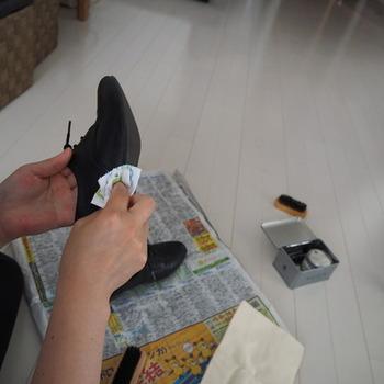 クリーナーを布につけて薄く塗り広げていき、汚れを拭き取ります。靴に直接つけるとシミになる場合があるので注意。汚れを拭き取ったら布の新しい部分に持ち変え、汚れがほかの場所につかないように気を付けましょう。