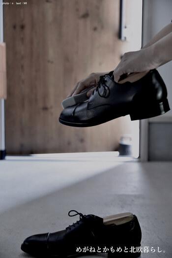 乳化性の靴クリームをきれいな布につけ、塗っていきます。透明か、靴と同系色のものを使いましょう。クリームを塗ることで革を保湿してひび割れを防ぎ、光沢を出すことができます。布で塗ったあとにブラシをかけると細かな部分までクリームを均一に塗り広げられます。この時、豚毛ブラシがあると◎