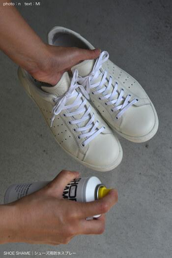 きれいになったら防水スプレーで汚れがつくのを防止しましょう。靴全体にまんべんなくスプレーをふきかけます。スプレーをする時は屋外で行ってくださいね。