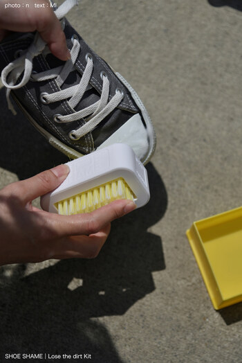 布の部分はウタマロなどの洗濯石鹸をつけて洗います。泡立てながらブラシでこすりましょう。力を入れすぎると泥汚れが繊維の奥に入り込んでしまう場合があるので、なるべく軽い力でかきだすのがコツ。