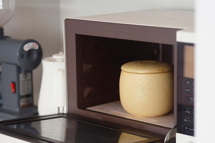 陶器も磁器も、土や石を高温で焼いて作られることから、耐熱性には優れています。しかし問題があるのは、急激な温度変化。特に吸水性のある陶器は温度が上がりやすいため、基本的に電子レンジ・オーブン・食洗器いずれも使わないほうがよいでしょう。磁器は比較的頑丈で吸水性もないため、電子レンジは使えますが、オーブンや食洗器はおすすめできません。また金や銀、上絵で装飾が施されているものは電子レンジもNGです。とはいえ、陶磁器によっては現代の生活に合わせ、電子レンジやオーブンも使えるよう作っているものもあるので、よく注意書きを読んでから使うことが大切です。