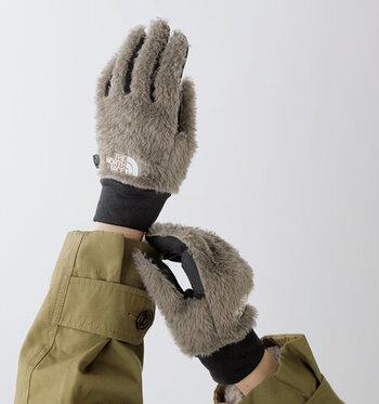 より機能性を重視するなら、アウトドア仕様の手袋がおすすめです。着用したままスマートフォンが操作できるタッチスクリーンなら、文句なしの実用性。アウトドアアイテムのデイリー使いが定着した今、おしゃれさも進化しています。