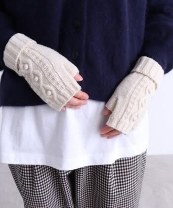 デミグラブ(指先部分がないもの)・オープンフィンガー(指の先端が出るもの)など、指が出るタイプの手袋が近年人気です。そのままスマートフォンやお財布を触れるので、出先で何度も着脱する必要がありませんね。