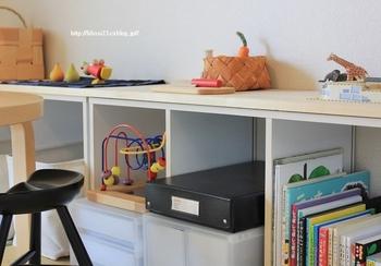おうちにも幼稚園、保育園で使うような丈夫なお道具箱を用意するのはいかがでしょう。持ち運びも簡単で、おもちゃ棚にも収まりやすいです。おもちゃ入れとは、違うケースに入れることでごちゃ混ぜになってしまうのを防げます。