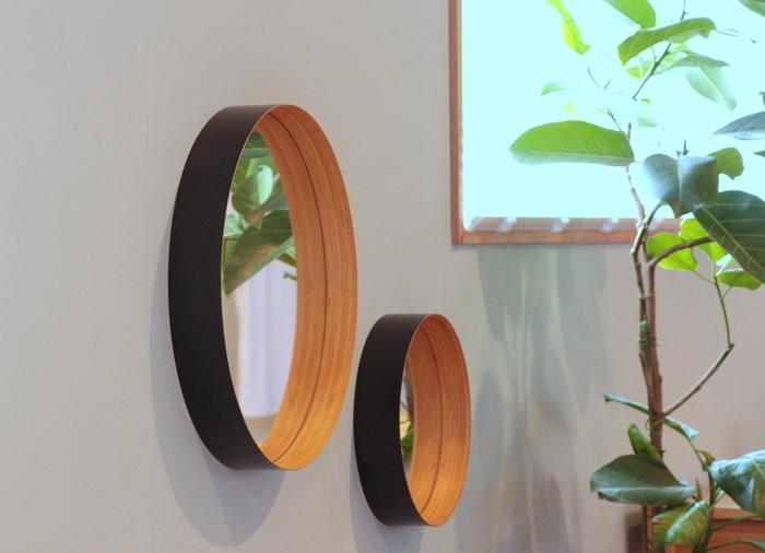 竹は昔から日本の生活に密接にかかわってきた素材の一つ。岡山県倉敷市の作り手「テオリ」では、その竹を木材のような「竹集成材」に加工して、さまざまな生活雑貨を生み出しています。中でもこちらは、壁にかけると竹の輪が浮いているように錯覚してしまう面白いミラー。壁に窓ができたようにも見え、空間を広く見せてくれます。シンプルさや素材のナチュラルさが魅力で、どんなインテリアにもマッチしますよ。