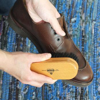 まずはブラシで靴についたホコリなどの汚れを落とします。この時に使うのは馬毛のブラシがおすすめ。硬すぎず適度に毛先がしなるので、ゴミを落としやすいですよ。