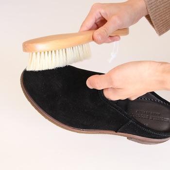 スエードは起毛しているため、表面の毛先にゴミやホコリが付着しやすいです。そのため、ブラシで毛先に絡まった汚れを落としましょう。少し力を入れてブラッシングするのがコツ。この時使うのは、毛に硬さのある豚毛のものがおすすめです。