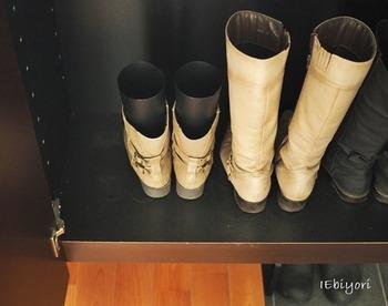 ブーツは使ったあとの保管方法にも注意。筒の部分は重さで型崩れしやすいので、脱いだらブーツキーパーを使うようにしましょう。また湿気がたまりやすいので、除湿剤を入れたり陰干ししたりしてしっかり乾かすことも大切。湿ったまま下駄箱にしまうと臭いやカビの原因になることもあるので気を付けてくださいね。