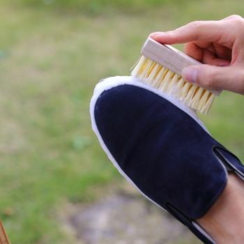 ゴムの部分をブラシでこすっていきます。動物毛を使ったものの方が靴が傷みにくくておすすめ。頑固な汚れの場合は、メラミンスポンジを使うといいですよ!