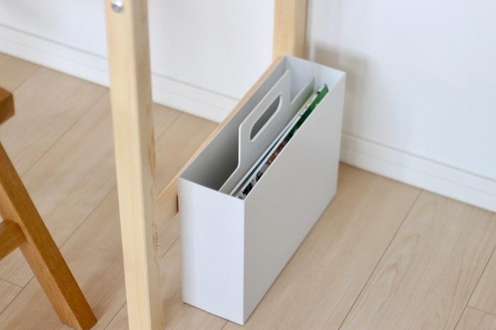 取手付きのファイルボックスに収納するのはいかがでしょう。持ち運びが簡単で、中身も見えにくいので棚に置いていてもスッキリして見えます。大きさが違うお絵かき帳とクレヨンなどをセットでひとまとめにできてGOOD。