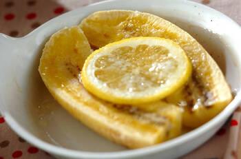 レモンとバナナがあれば簡単に作れます。レモンの爽やかな風味とバナナのやさしい甘さ、バターの風味が相まって、甘過ぎない食後にぴったりなデザートに!