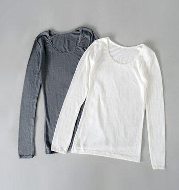 ニットの編み目や、薄い色の洋服からはインナーの色が透けて見えることも。洋服の見え方が変わったり、インナーの色に目がついたりするので、色合いを揃えておきたいですね。
