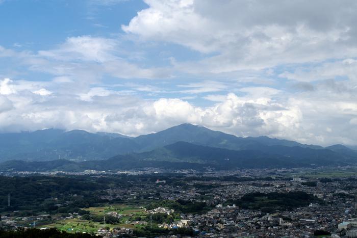 富士山や丹沢山系、江ノ島や三浦半島、伊豆半島、晴天で空気が澄んだ日には、遠く伊豆大島まで望めます。 【レストハウスの展望台からの伊勢原・丹沢/大山方向の眺望(9月初旬)】