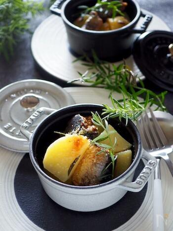 いわしの缶詰を使った超お手軽レシピです。加熱したじゃがいもといわし缶を器に入れて、チーズを振って焼き上げるだけ!たった5分でオシャレな魚料理が食べられます。味付けはいわしの缶汁のみを使用。調味料いらずで手間がかかりません。味噌煮やしょうゆ煮など、お好きな味の缶詰で作ってみて♪