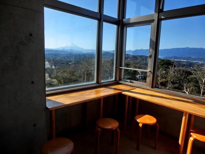 展望台には、腰をおろせるスペースや、カフェや食事が楽しめるレストランもあるので、真冬や酷暑の時でもゆったり眺望が楽しめます。【10月下旬・レストハウスからの富士山の眺望】