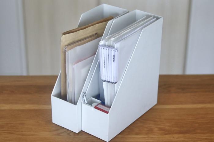 家計簿や提出物に記入する時に、ペンが近くにあればサッと取り出してすぐに使えます。ファイルボックスにペンポケットを取り付けてペン置き場にしましょう。  同じタイミングで使う物はグルーピングしておくと便利ですね。