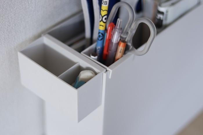 子どもの学習用品の近くには鉛筆や消しゴムも収納したいですよね。ポリプロピレン持ち手付きファイルボックスに学習用品をセットしておくと持ち運びもラクラク。  消しゴムのような背の低い物は深さがない仕切り付ポケットを使って。背の低い物を深さがあるポケットに入れてしまうと取り出すのが大変です。