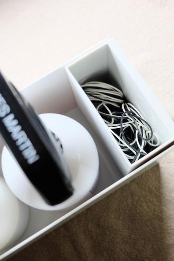 かさばる輪ゴムの箱も、ファイルボックス用ポケットに移し替えればコンパクトに収納できます。  蓋がないポケットは使いたい時にサッと取り出せるのでよく使う物を入れておくといいですね。
