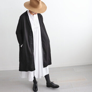 カーディガン感覚で、さっと羽織れるコットン100%のアウターです。光沢のある上品な生地感で、これからの季節にぴったりな一枚。本格的に寒くなる季節には、コートの下に重ねても着用できます。
