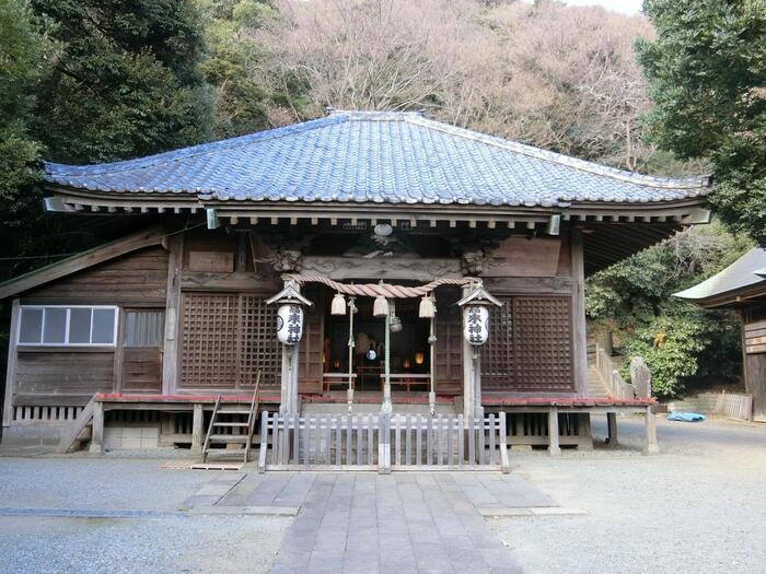 「高来神社」は、僧行基菩薩が高来山に登り、千手観音像を本地仏として717年に建立したと伝わります。鎌倉期になると、高麗王朝が朝鮮半島で旺盛し、この頃から当社は「高麗寺」と呼ばれ、江戸期には、家康から寺領と山林を賜り、東照権現を併せて祀り、江戸末期までは「高麗山」全体が高麗寺の領域として保護されていました。