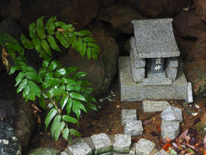 社内にある高麗山の霊水「御供水(ごっくすい)」は、神様に捧げる水。水神様、龍神様に御供水をかけて差し上げるとツキがいただけます。ツキを呼び込み願い事を成就させましょう。  【御供水の説明には『ここに湧き出づる 高麗山の霊水は 御供水(ごっくすい)として 神様に捧げるおみずです 水神様・龍神様に 御供水をかけて差し上げますと ツキをいただけます ツキを呼び込み 願い事を成就させましょう』と書かれている】